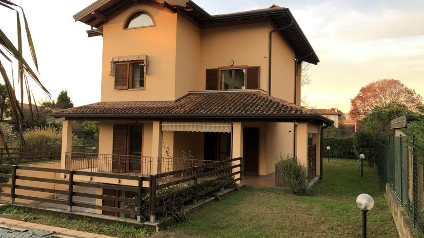 Vendesi Splendida Villa Unifamiliare con Piscina Interrata – Castelletto S.Ticino (NO) – Rif.10006